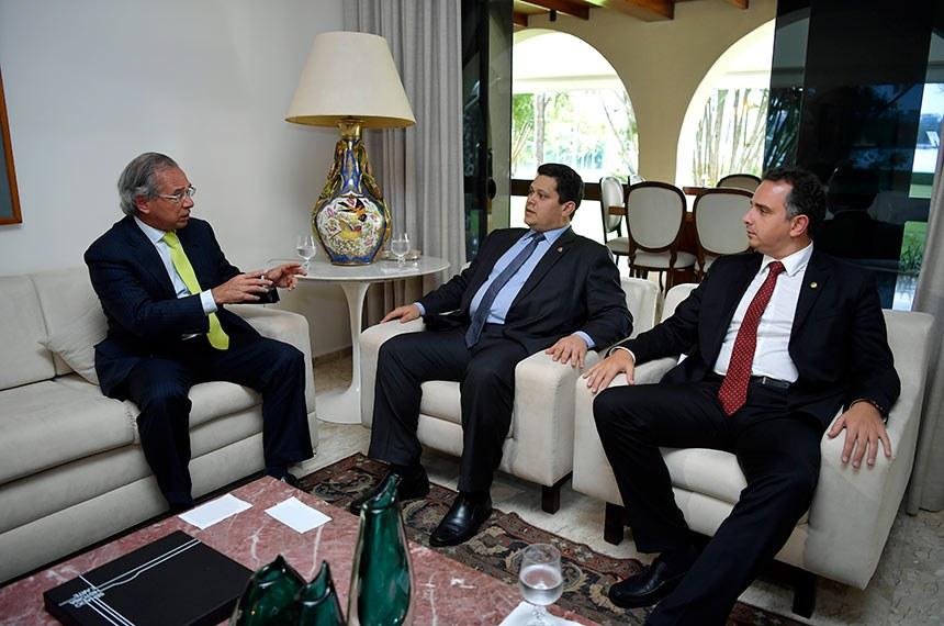Paulo Guedes (E) se reuniu com Davi Alcolumbre e Rodrigo Pacheco (D) na residência oficial da Presidência do Senado