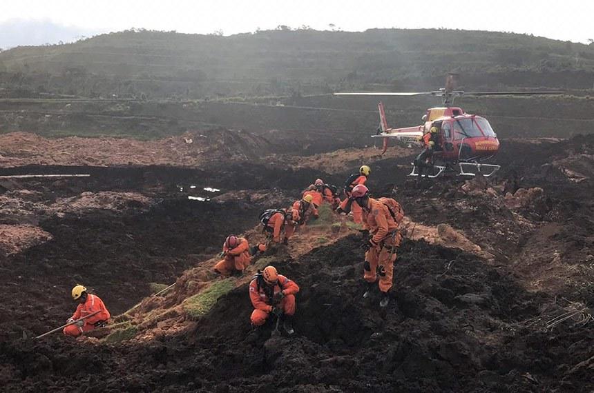 Bombeiros trabalham em meio à lama deixada pelo rompimento de barragem da mineradora Vale em Brumadinho: CPI serviria para buscar responsáveis e propor medidas para evitar tragédias futuras