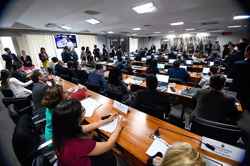 Comissão de Constituição, Justiça e Cidadania (CCJ) realiza: 1ª parte - 22 itens na pauta. Entre eles, o PLC 144/2017, que reformula o Cadastro Nacional de Pessoas Desaparecidas; 2ª parte - apreciação das emendas ao Projeto de Lei Orçamentária Anual (Ploa) 2019.   À mesa, presidente da CCJ, senador Edison Lobão (MDB-MA).   Foto: Marcos Oliveira/Agência Senado