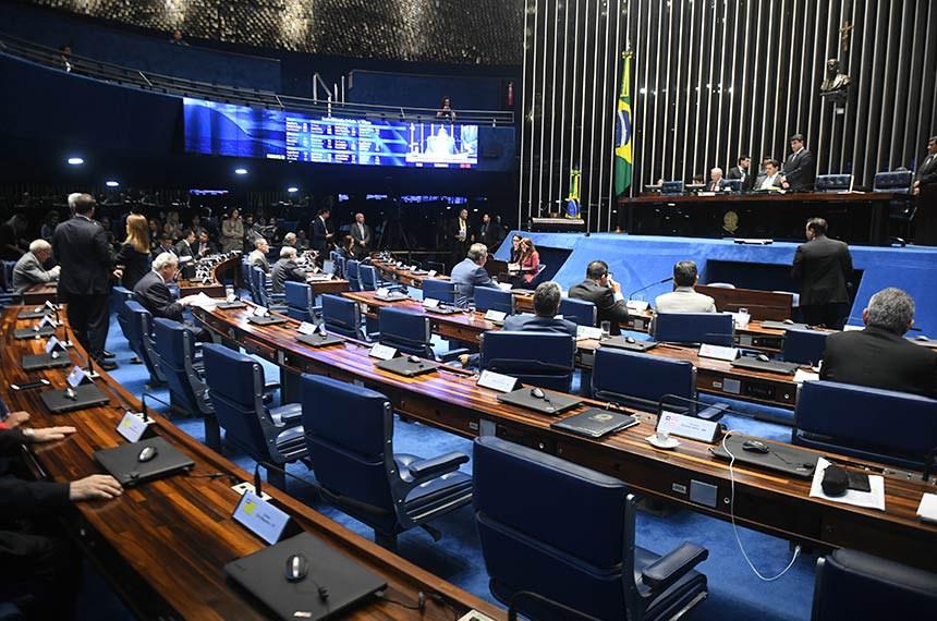 Plenário do Senado Federal durante sessão deliberativa ordinária.   À mesa, presidente do Senado, senador Davi Alcolumbre (DEM-AP).  À bancada: senador Major Olimpio (PSL-SP); senadora Soraya Thronicke (PSL-MS); senador Flávio Bolsonaro (PSL-RJ).  Foto: Jefferson Rudy/Agência Senado