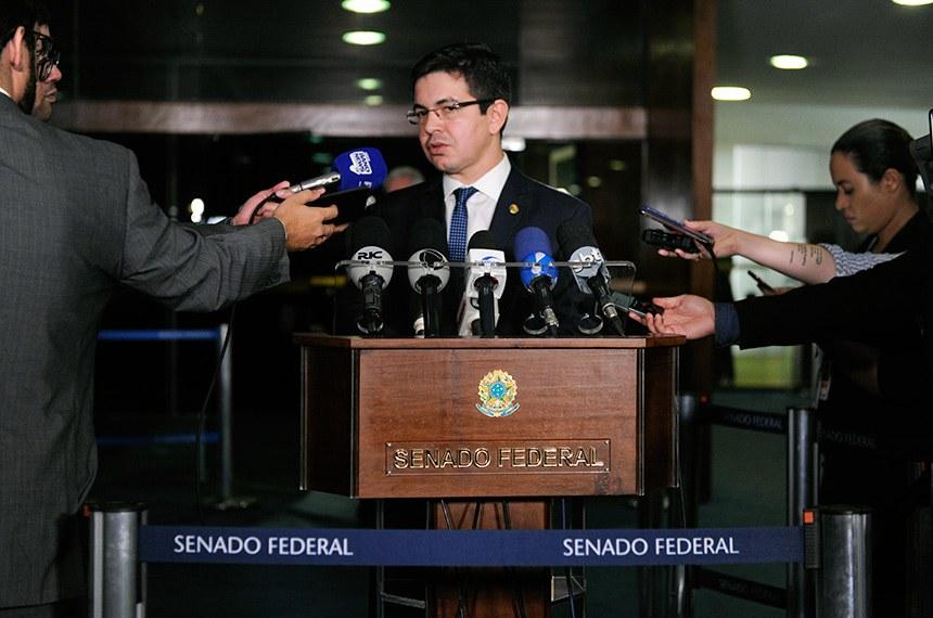 Senador Randolfe Rodrigues (Rede-AP) concede entrevista.  Foto: Jane de Araújo/Agência Senado