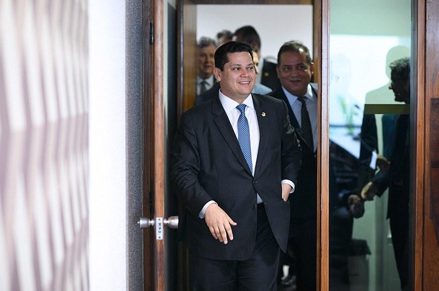 Presidente do Senado, senador Davi Alcolumbre (DEM-AP), acompanhado do senador Eduardo Gomes (MDB-TO), chega à sala de comissões.  Foto: Pedro França/Agência Senado