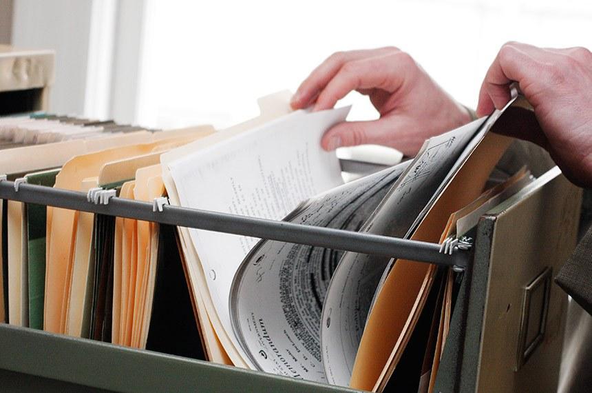 Paperwork in a filing cabinet  -------  Papéis e documentos arquivados em gaveteiro