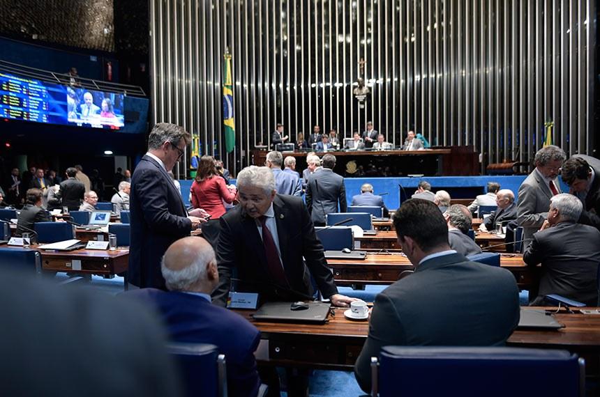 Plenário do Senado Federal durante sessão deliberativa ordinária. Ordem do dia.  Mesa: senador Marcos do Val (PPS-ES);  presidente do Senado, senador Davi Alcolumbre (DEM-AP);  senador Roberto Rocha (PSDB-MA); senador Omar Aziz (PSD-AM).  À bancada, senador Elmano Férrer (Pode-PI) conversa com os senadores Lasier Martins (Pode-RS) e Styvenson Valentim (Pode-RN).  Foto: Roque de Sá/Agência Senado