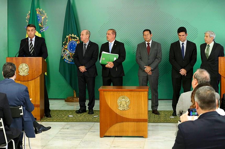 Partido dos Trabalhadores quer a suspensão do decreto assinado pelo presidente Bolsonaro (à esq.) no dia 15 de janeiro. Para o PT, facilitar a aquisição de armas é contrário à legislação