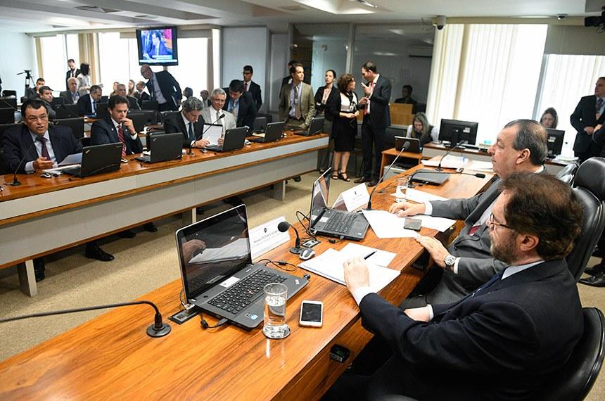 Comissão de Assuntos Econômicos (CAE) realiza reunião. Na pauta, leitura de relatórios das indicações para presidência e duas diretorias do Banco Central (BC) e diretoria da Comissão de Valores Mobiliários (CVM).  Mesa: presidente da CAE, senador Omar Aziz (PSD-AM);  vice-presidente da CAE, senador Plínio Valério (PSDB-AM).  Bancada (E/D): senador Eduardo Braga (MDB-AM), em pronunciamento; senador Veneziano (PSB-PB); senador Rogério Carvalho Santos (PT-SE); senador Major Olimpio (PSL-SP).  Foto: Pedro França/Agência Senado