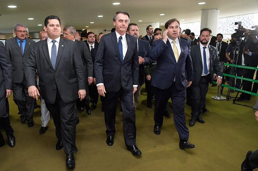 O presidente da República, Jair Bolsonaro (entre os presidentes do Senado, Davi Alcolumbre, e da Câmara, Rodrigo Maia), entrega ao Congresso a proposta da reforma