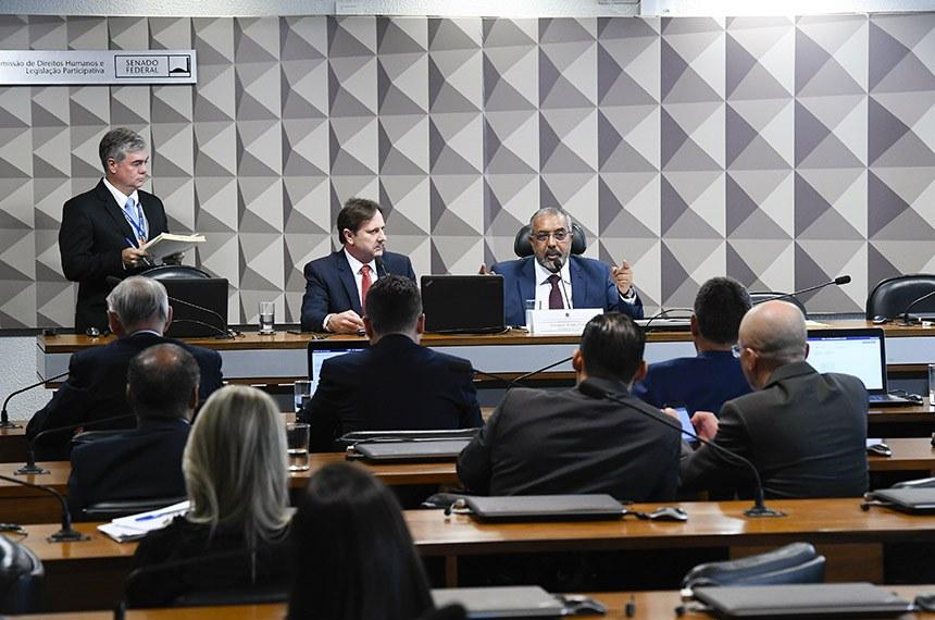 Comissão de Direitos Humanos e Legislação Participativa (CDH) realiza reunião extraordinária. 1ª parte: 6 itens na pauta; 2ª parte: apreciação da pauta de trabalho da comissão.   Mesa: senador Acir Gurgacz (PDT-RO); presidente da CDH, senador Paulo Paim (PT-RS), em pronunciamento.  Foto: Roque de Sá/Agência Senado