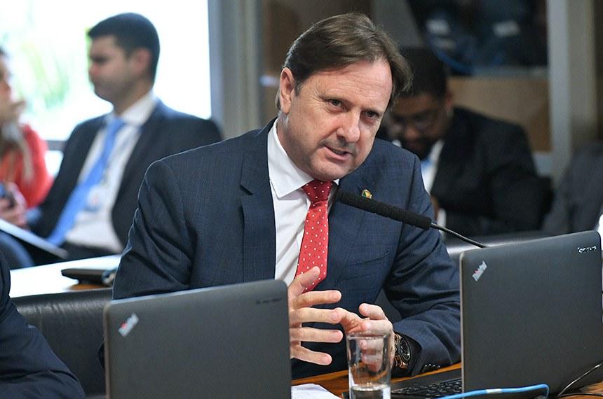 Comissão de Agricultura e Reforma Agrária (CRA) realiza reunião. 1ª parte votação de 4 requerimentos. 2ª parte: Reunião para definir as estratégias e diretrizes da CRA, bem como, selecionar a Política Pública, desenvolvida no âmbito do Poder Executivo, que será avaliada pela CRA no ano de 2019.  Em pronunciamento, à bancada, senador Acir Gurgacz (PDT-RO).  Foto: Geraldo Magela/Agência Senado