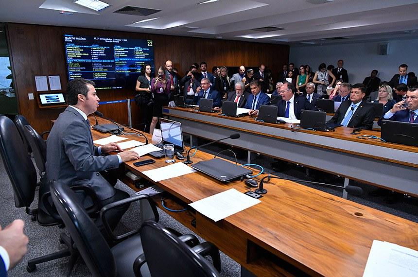 Reunião da CI que aprovou o convite ao ministro Tarcísio Gomes de Freitas na semana passada: presidente da comissão, senador Marcos Rogério (à esq.), foi autor do requerimento para realização do debate