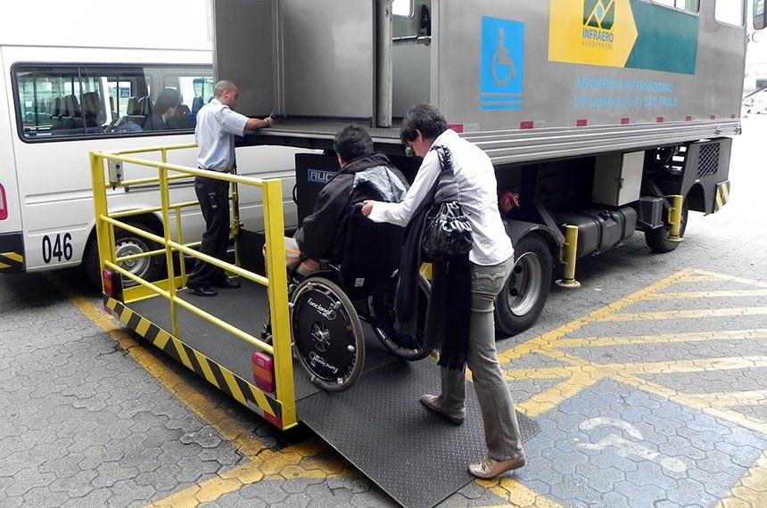 BIE - Embarque de passageiro com necessidades especiais no aeroporto de Campo Grande, Mato grosso do Sul.  Aeroportos, supermercados, hipermercados e empórios poder ter de oferecer carrinhos de transporte de compras ou de bagagem adaptados para o transporte de crianças com deficiência. É o que determina o Projeto de Lei do Senado (PLS) 433/2017, que está na pauta da Comissão de Direitos Humanos e Legislação Participativa (CDH).   Foto: Acessibilidade na Prática