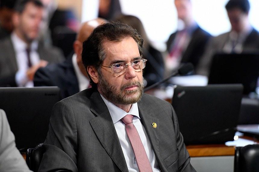 Comissão de Assuntos Econômicos (CAE) realiza reunião com 10 itens na pauta.  À bancada, senador Plínio Valério (PSDB-AM).  Foto: Edilson Rodrigues/Agência Senado