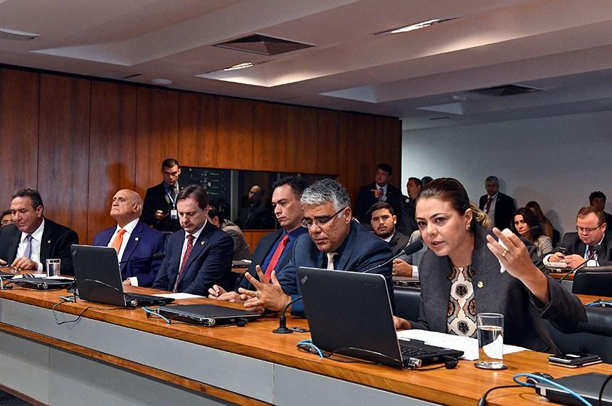 Comissão de Direitos Humanos e Legislação Participativa (CDH) realiza reunião com 6 itens. Entre eles, o PLS 402/2018, que trata de normas de acessibilidade para o desenvolvimento urbano.  Bancada: senador Lucas Barreto (PSD-AP); senador Lasier Martins (Pode-RS);  senador Acir Gurgacz (PDT-RO); senador Styvenson Valentim (Pode-RN); senador Eduardo Girão (Pode-CE); senadora Leila Barros (PSB-DF), em pronunciamento.  Foto: Edilson Rodrigues/Agência Senado