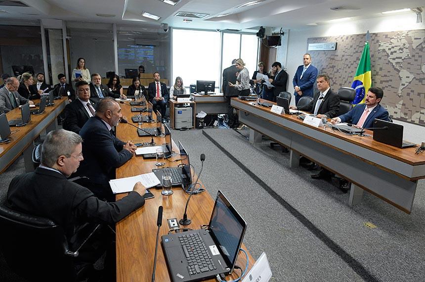 Comissão de Relações Exteriores e Defesa Nacional (CRE) realiza reunião.  Mesa: presidente da CRE, senador Nelsinho Trad (PSD-MS); vice-presidente da CRE, senador Marcos do Val (PPS-ES).  Bancada (E/D): senador Antonio Anastasia (PSDB-MG); senador Telmário Mota (Pros-RR),em pronunciamento; senador Flávio Arns (Rede-PR).  Foto: Roque de Sá/Agência Senado