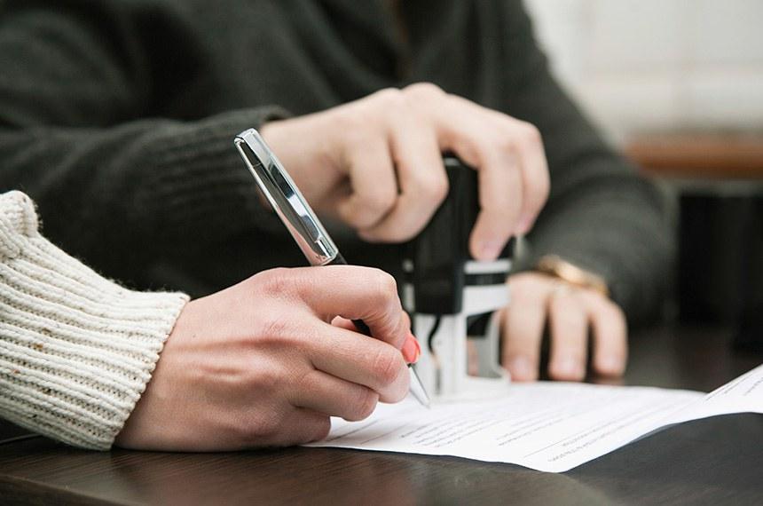 Notary public in office stamping document  --------  Assinatura e carimbo de contrato em cartório