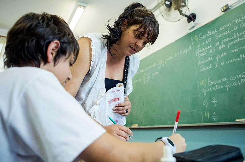 BIE - 16/09/2015 - Professora e aluno da Escola Estadual Professor Antonio Carlos Ferreira em sala de aula.    Foto: Diogo Moreira/A2img