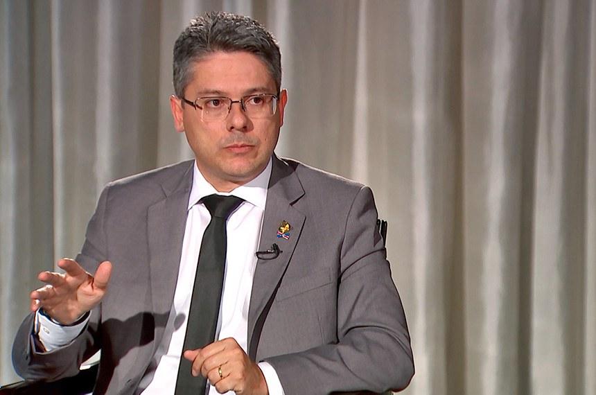 O senador Alessandro Vieira (PPS-SE) em entrevista à TV Senado