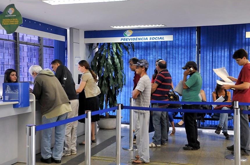 Segurados do INSS procuram postos de atendimento para fazer perícias médicas, pedir revisão de benefícios ou auxílio-doença