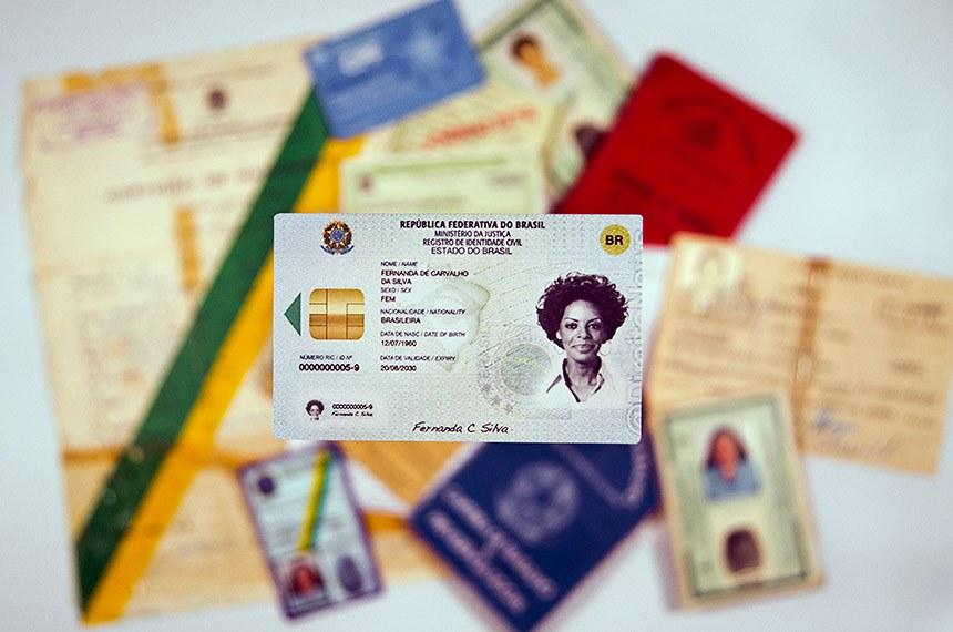 Matéria para o Especial Cidadania trata sobre a Lei 13.444 que cria a Identificação Civil Nacional (ICN).  O Senado aprovou a lei que institui a Identificação Civil Nacional (Lei 13.4444/2017), criada com o objetivo de unificar os cerca de 20 documentos de identificação usados no Brasil e para dificultar a falsificação.  Foto: Rodrigo Viana/Senado Federal