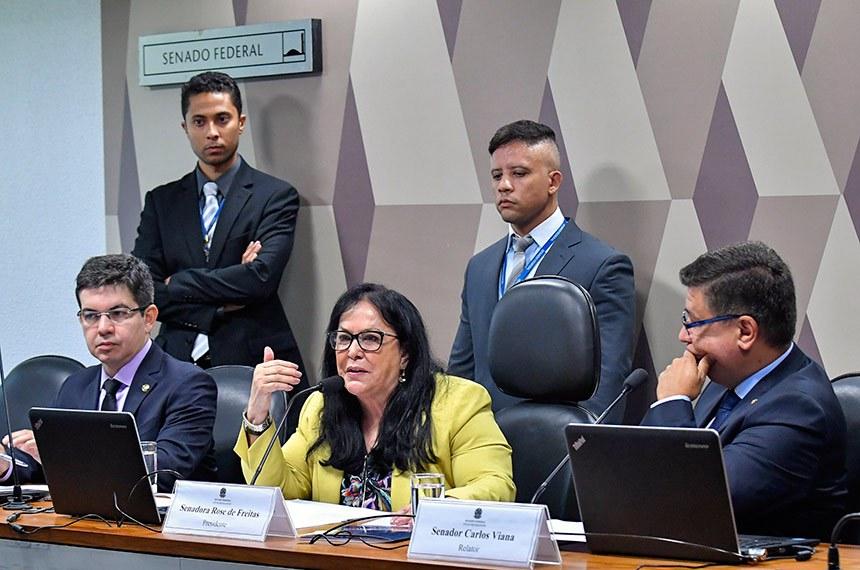 CPI de Brumadinho (CPIBRUM) realiza reunião para apreciação do plano de trabalho e de requerimentos.  Mesa: vice-presidente da CPIBRUM, senador Randolfe Rodrigues (Rede-AP); presidente da CPIBRUM, senadora Rose de Freitas (Pode-ES) - em pronunciamento; relator da CPIBRUM, senador Carlos Viana (PSD-MG).  Foto: Geraldo Magela/Agência Senado