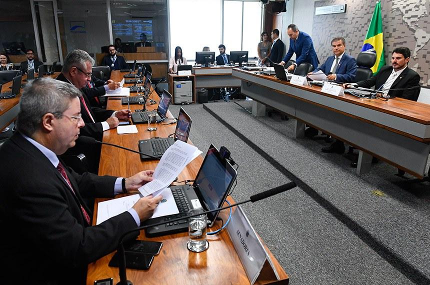 O senador Antonio Anastasia (à esq.) lê documento em reunião da CRE em fevereiro: ele é relator de projeto de decreto legislativo sobre acordo entre Brasil e Espanha que, em sua opinião, já está superado