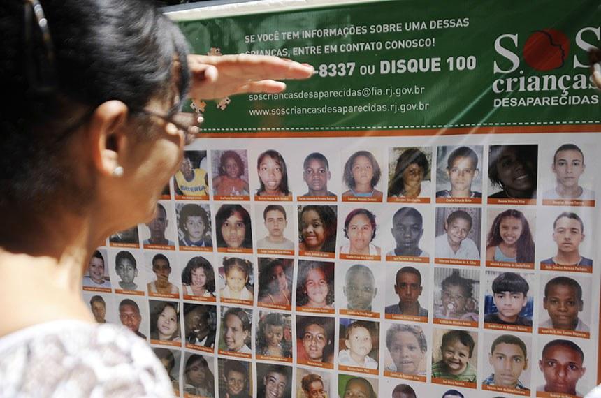 Programa SOS Crianças Desaparecidas.  O Programa SOS Crianças Desaparecidas faz ato público para divulgar imagens de crianças e adolescentes desaparecidos.
