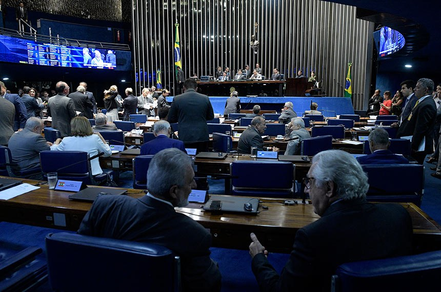 Plenário do Senado Federal durante sessão deliberativa ordinária. Ordem do dia.  Mesa: presidente do Senado, senador Davi Alcolumbre (DEM-AP);  senador Omar Aziz (PSD-AM); senador Flávio Bolsonaro (PSL-RJ).  Em pronunciamento, à bancada, senador Fernando Bezerra Coelho (MDB-PE).  Foto: Roque de Sá/Agência Senado