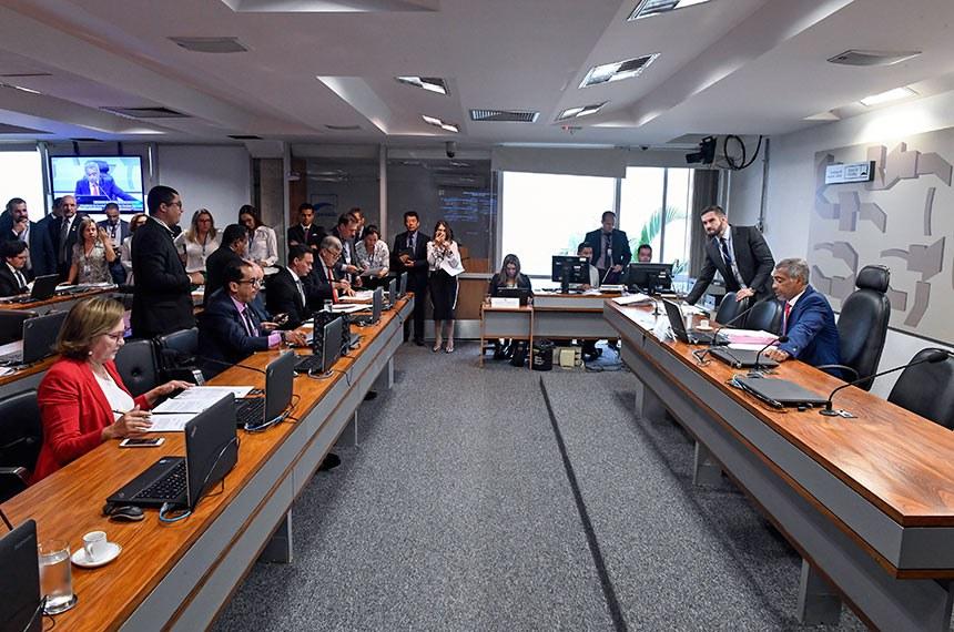 Comissão de Assuntos Sociais (CAS) realiza reunião com 12 itens. Entre eles, o PLS 374/2018, que aumenta limite da renda familiar para recebimento do benefício da prestação continuada.  Em pronunciamento, à mesa, presidente da CAS, senador Romário (Pode-RJ).  Foto: Edilson Rodrigues/Agência Senado