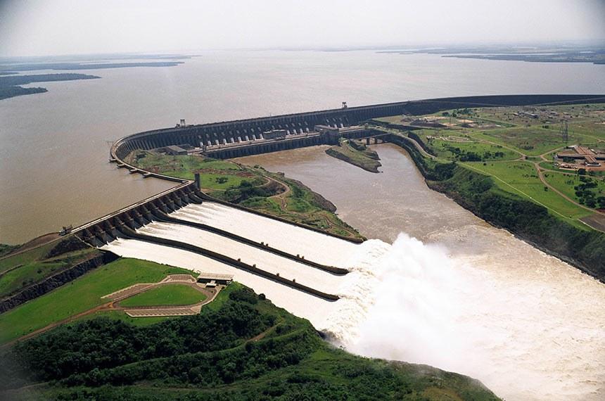 Crédito: Itaipu Binacional Fotógrafo: ? Data: ? Local: Rio Paraná, no trecho de fronteira entre o Brasil e o Paraguai, 14 km ao norte da Ponte da Amizade. Assunto: Energia Eletricidade Itaipu   Vista parcial da principal barragem da usina  Itaipu Binacional. A Usina Hidrelétrica de Itaipu,  maior do mundo em operação, é um empreendimento binacional desenvolvido pelo Brasil e pelo Paraguai no Rio Paraná. A potência instalada da usina é de 12.600 MW (megawatts), com 18 unidades geradoras de 700 MW cada.