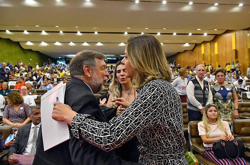 Os senadores Flávio Arns e Leila Barros participam do seminário