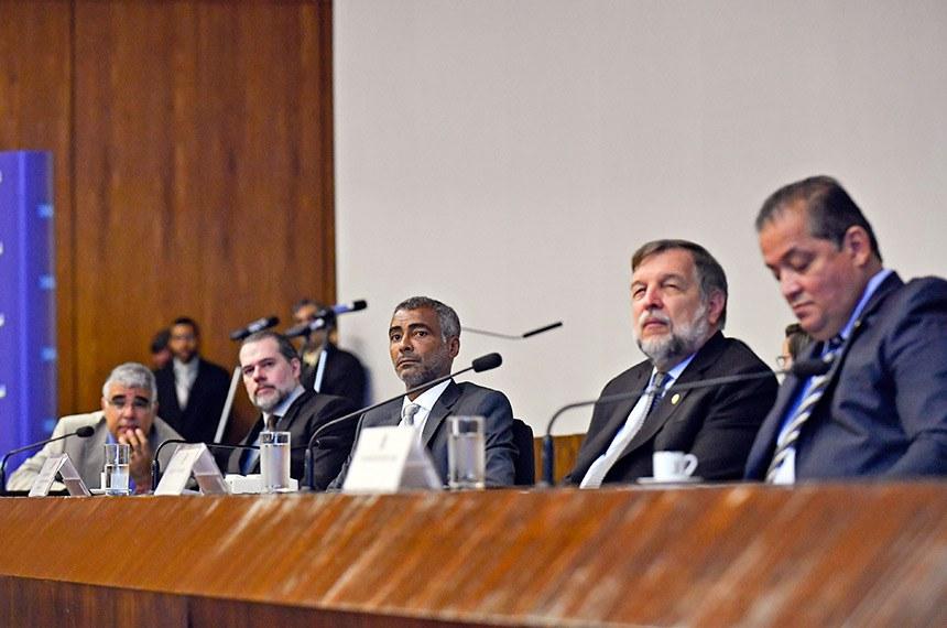 Eduardo Girão, Dias Toffoli, Romário, Flávio Arns e Eduardo Gomes no seminário no Senado