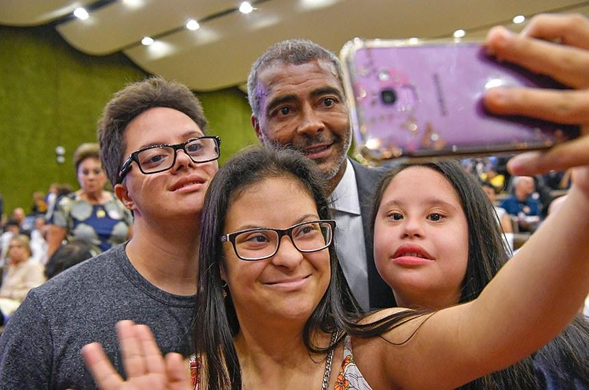 Presidente da CAS e autor da iniciativa do seminário, Romário posa para foto com convidados do evento