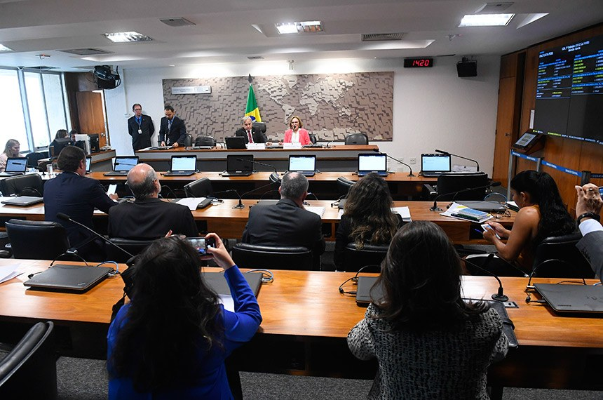 Comissão de Desenvolvimento Regional e Turismo (CDR) realiza eleição do vice-presidente para o biênio 2019/2020.  Mesa: presidente da CDR, senador Izalci (PSDB-DF); vice-presidente eleita da CDR, senadora Zenaide Maia (Pros-RN).  Foto: Marcos Oliveira/Agência Senado