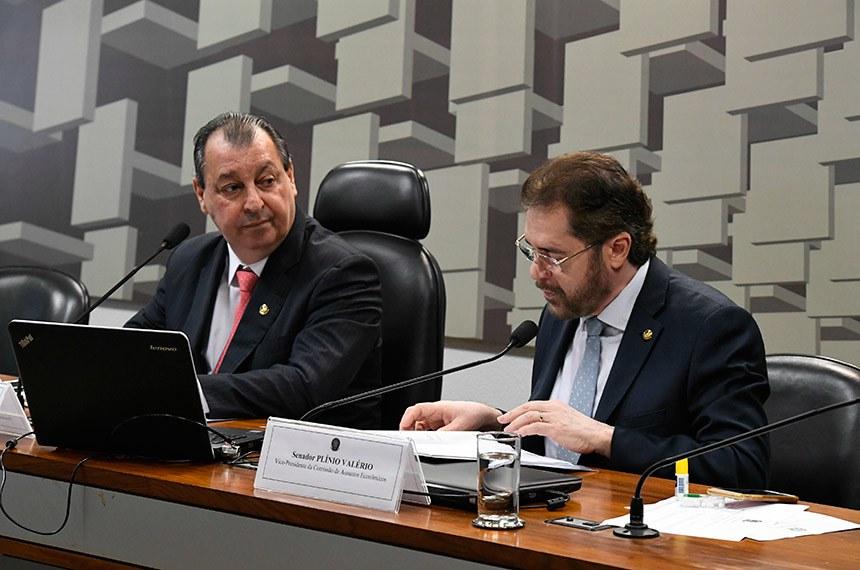 Presidente da CAE, senador Omar Aziz observa o senador Plínio Valério, vice-presidente da CAE, relatar as mensagens do Executivo que encaminharam programações monetárias de 2018 e 2019 ao Senado