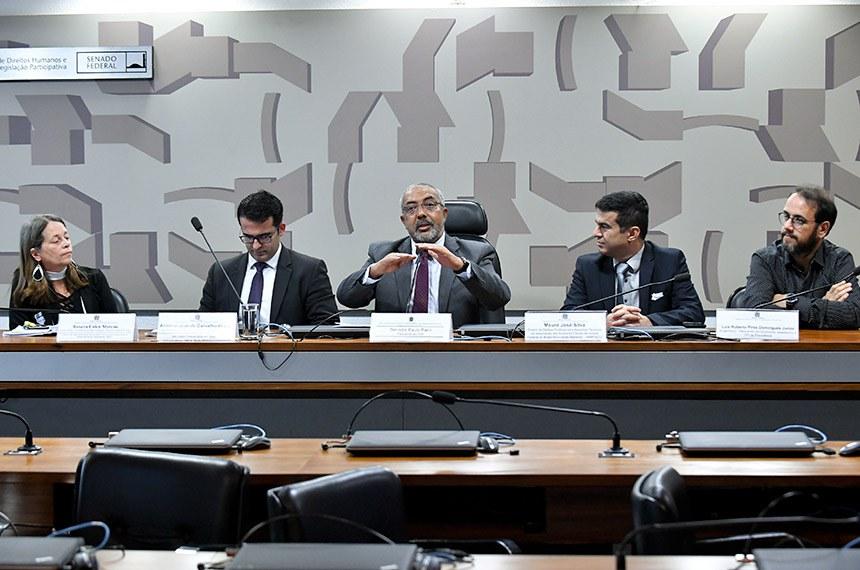 Comissão de Direitos Humanos e Legislação Participativa (CDH) realiza audiência pública para debater Previdência e Trabalho, com foco no Serviço Público.  Mesa: servidora Pública, Procuradora do Estado de Alagoas. Diretora de Assuntos do Poder Legislativo e Parlamentar da Confederação dos Servidores Públicos do Brasil – CSPB e Diretora de Seguridade Social, Aposentados, Pensionistas e Idosos da Nova Central Sindical de Trabalhadores (NCST), Rosana Cólen Moreno; juiz Federal e coordenador da Comissão Permanente Acompanhamento da Reforma da Previdência, Antônio José  de Carvalho Araújo; presidente da CDH, senador Paulo Paim (PT-RS);  diretor de Defesa Profissional e Assuntos Técnicos da Associação dos Auditores Fiscais da receita Federal do Brasil Associação Nacional  (Unafisco), Mauro José Silva; engenheiro - Mestrando em Economia, assessorou a CPI da Previdência, Luís Roberto Pires Domingues Junior.   Foto: Geraldo Magela/Agência Senado