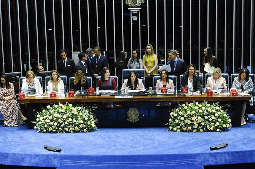 Plenário do Senado Federal durante sessão solene do Congresso Nacional destinada  à entrega do Diploma Bertha Lutz em sua 18ª premiação.   Mesa:  senadora Mailza Gomes (PP-AC);  senadora Zenaide Maia (Pros-RN);  senadora Soraya Thronicke (PSL-MS);  senadora Daniella Ribeiro (PP-PB);  senadora Simone Tebet (MDB-MS);  senadora Rose de Freitas (Pode-ES);  senadora Eliziane Gama (PPS-MA);  senadora Leila Barros (PSB-DF);  senadora Selma Arruda (PSL-MT);  senadora Kátia Abreu (PDT-TO).   Foto: Jane de Araújo/Agência Senado