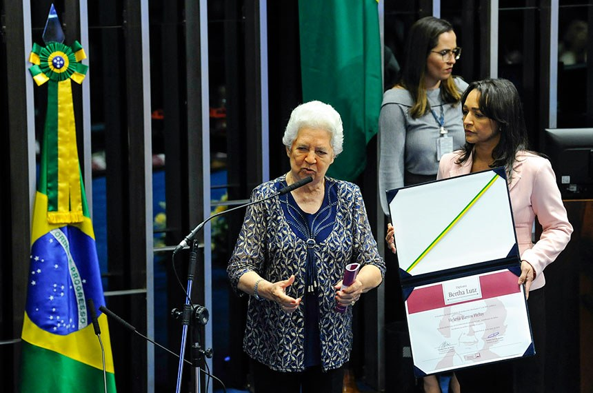 Plenário do Senado Federal durante sessão solene do Congresso Nacional destinada  à entrega do Diploma Bertha Lutz em sua 18ª premiação.   Senadora Eliziane Gama (PPS-MA) entrega diploma para advogada e ex-deputada estadual, Helena Barros Heluy.   Foto: Jane de Araújo/Agência Senado