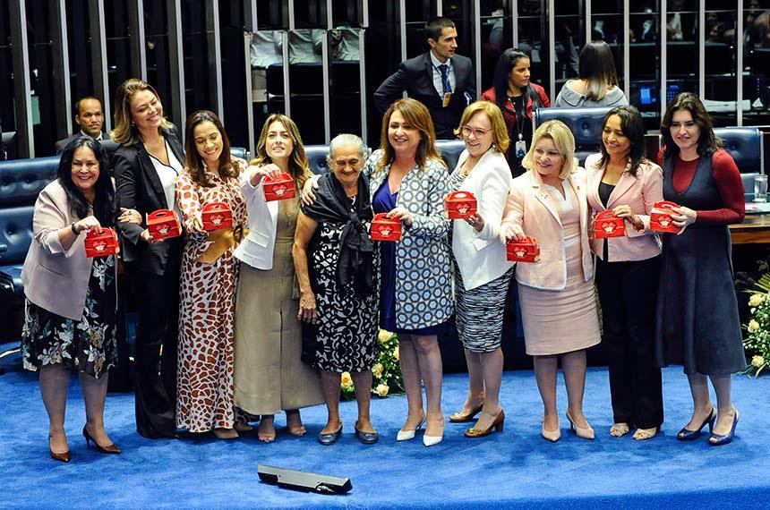 Plenário do Senado Federal durante sessão solene do Congresso Nacional destinada  à entrega do Diploma Bertha Lutz em sua 18ª premiação.   Senadoras posam para foto com a agraciada e produtora de biscoitos artesanais, Ana Benedita de Cerqueira e Silva (Tia Naninha).   Participam:  senadora Rose de Freitas (Pode-ES);  senadora Leila Barros (PSB-DF);  senadora Mailza Gomes (PP-AC);  senadora Soraya Thronicke (PSL-MS);  senadora Eliziane Gama (PPS-MA);  senadora Zenaide Maia (Pros-RN);  senadora Kátia Abreu (PDT-TO);  senadora Simone Tebet (MDB-MS);  senadora Selma Arruda (PSL-MT).   Foto: Jane de Araújo/Agência Senado