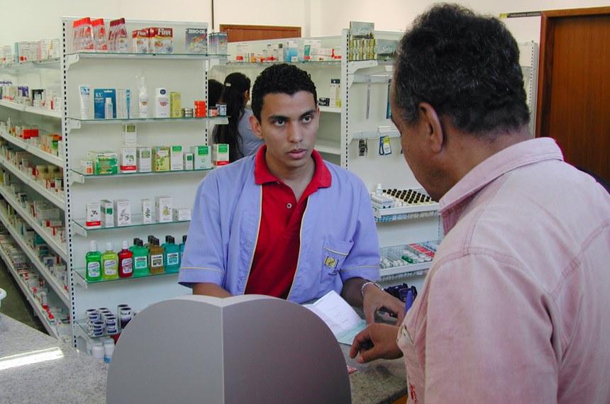A Farmácia Universitária já está oferecendo a possibilidade de pagamento por débito autorizado em conta corrente para professores e funcionários da UFMG. Por enquanto, o débito pode ser feito por correntistas do Banco do Brasil.   Idoso adquire remédios.