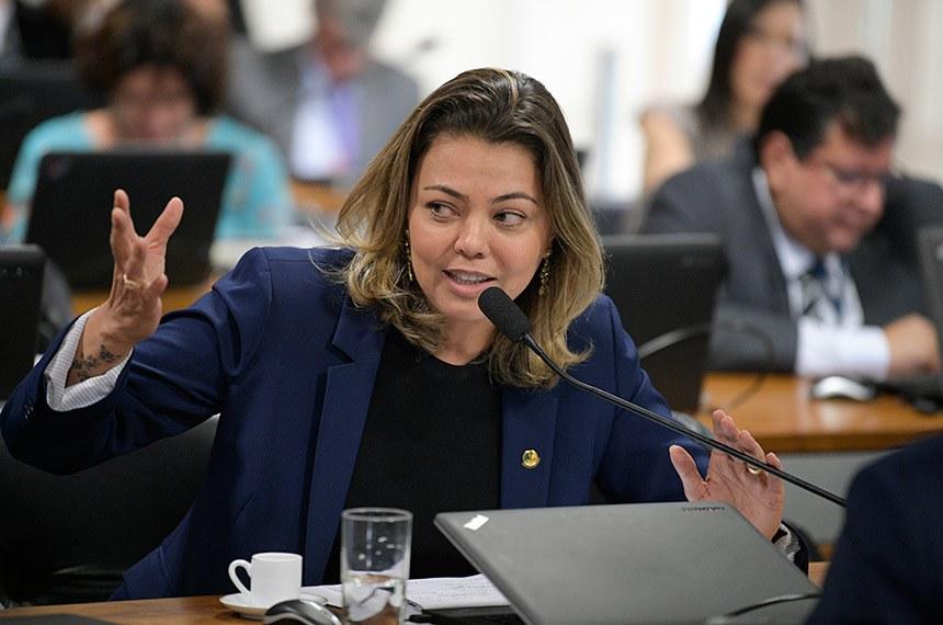Comissão de Meio Ambiente (CMA) realiza reunião deliberativa com 2 itens. Na pauta, o PLS 224/2016, que amplia rigor para segurança de barragens.  À bancada, em pronunciamento, senadora Leila Barros (PSB-DF).  Foto: Pedro França/Agência Senado