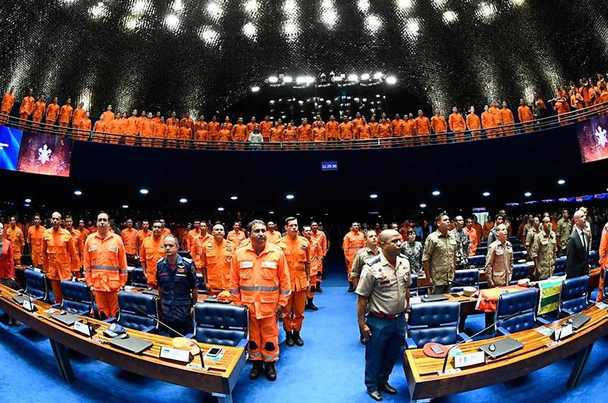 Plenário do Senado Federal durante sessão especial destinada a homenagear as Corporações dos Corpos de Bombeiros que atuaram no resgate das vítimas do rompimento da barragem de Brumadinho.  Em posição de respeito, convidados e parlamentares acompanham execução do Hino Nacional Brasileiro.    Foto: Marcos Oliveira/Agência Senado