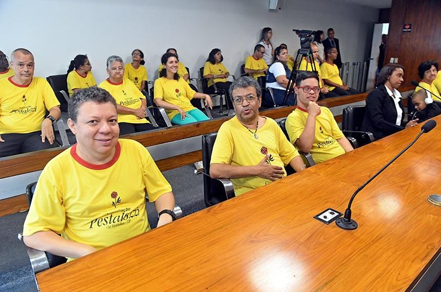 """Comissão de Direitos Humanos e Legislação Participativa (CDH) realiza audiência pública interativa para tratar sobre: """"O Dia Internacional de Conscientização do Autismo"""".  Representante da Associação Pestalozzi de Brasília acompanham audiência.  Foto: Jefferson Rudy/Agência Senado"""