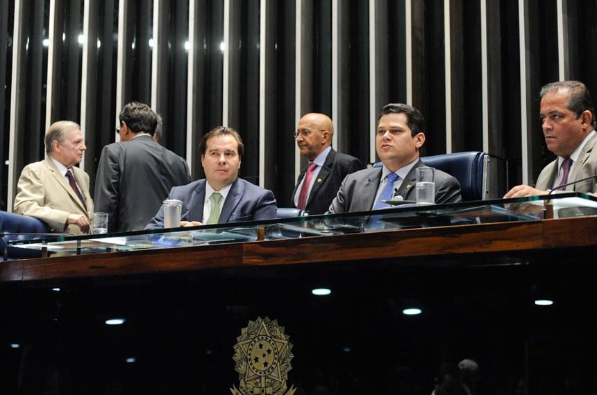 Plenário do Senado Federal durante sessão deliberativa ordinária. Ordem do dia.  Mesa: senador Tasso Jereissati (PSDB-CE); senador Eduardo Braga (MDB-AM); presidente da Câmara dos Deputados, deputado Rodrigo Maia (DEM-RJ); presidente do Senado, senador Davi Alcolumbre (DEM-AP); 2º secretário do Senado, senador Eduardo Gomes (MDB-TO).  Foto: Jonas Pereira/Agência Senado