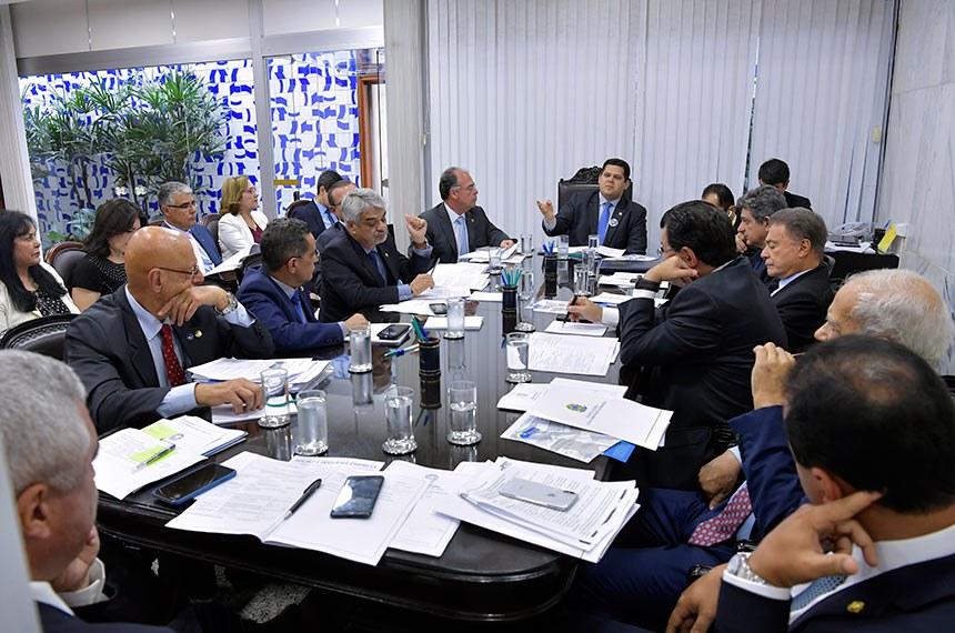Presidente do Senado, senador Davi Alcolumbre (DEM-AP) realiza reunião de líderes.  Participam: senador Alvaro Dias (Pode-PR); presidente do Senado Federal, senador Davi Alcolumbre (DEM-AP); senador Eduardo Braga (MDB-AM);  senador Esperidião Amin (PP-SC); senador Humberto Costa (PT-PE);  senador Fernando Bezerra Coelho (MDB-PE);  senador Jorge Kajuru (PSB-GO); senador Major Olimpio (PSL-SP);  senador Oriovisto Guimarães (Pode-PR); senador Randolfe Rodrigues (Rede-AP);  senador Rogério Carvalho Santos (PT-SE);  senadora Simone Tebet (MDB-MS);  senadora Zenaide Maia (Pros-RN).  Foto: Marcos Brandão/Senado Federal