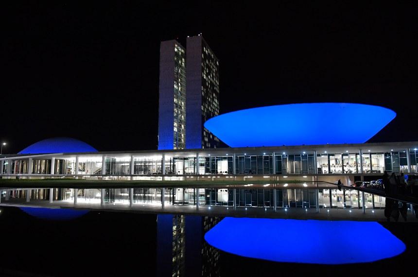 Para marcar o Dia Mundial de Conscientização do Autismo, Congresso iluminou-se de azul e a CDH votará projeto para que laço colorido seja adotado como símbolo de identificação de pessoas com o transtorno