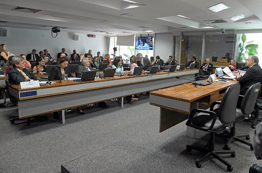 Comissão de Desenvolvimento Regional e Turismo (CDR) realiza reunião com 14 itens. Entre eles, o PLS 789/2015-Complementar, que cria a região integrada do Polo Caruaru-Campina Grande.  Em pronunciamento, à mesa, presidente da CDR, senador Izalci (PSDB-DF).  Bancada: senador Dário Berger (MDB-SC); senadora Leila Barros (PSB-DF); senador Elmano Férrer (Pode-PI); senadora Eliziane Gama (PPS-MA), em pronunciamento; senadora Zenaide Maia (Pros-RN); senador Humberto Costa (PT-PE).  Foto: Roque de Sá/Agência Senado