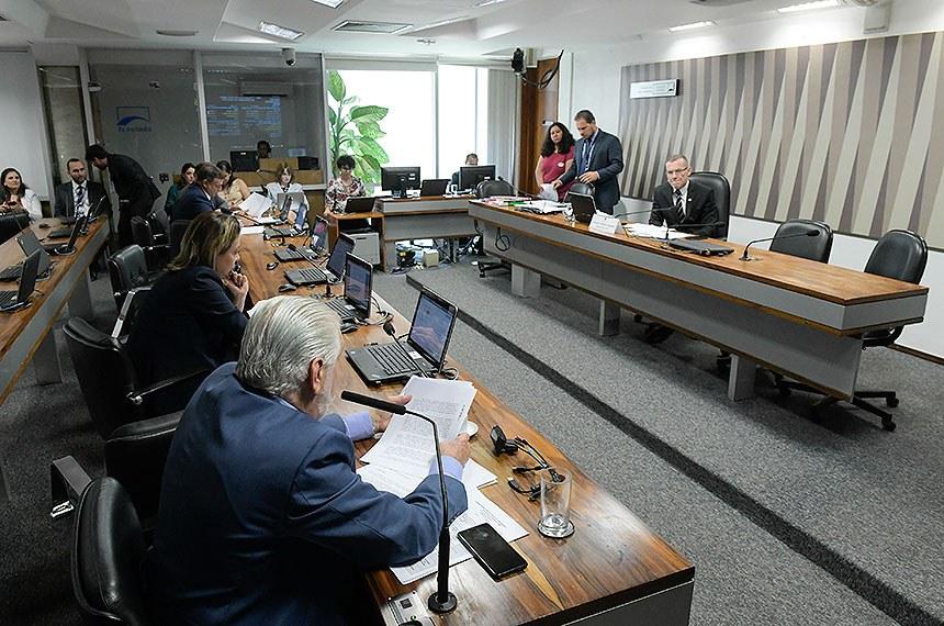 Comissão de Meio Ambiente (CMA) realiza reunião deliberativa com 11 itens. Na pauta, o PLS 234/2016, que dispõe sobre a obrigatoriedade da comprovação da procedência legal da madeira nativa utilizada nas obras, serviços e aquisições da administração pública.  À mesa, presidente da CMA, senador Fabiano Contarato (Rede-ES), conduz reunião.  Bancada: senador Jaques Wagner (PT-BA);  senadora Leila Barros (PSB-DF); senador Marcio Bittar (MDB-AC).  Foto: Roque de Sá/Agência Senado