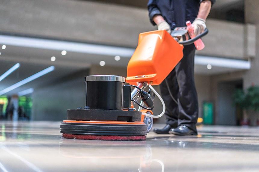 floor care  ----------  Funcionário faz limpeza no chão de prédio