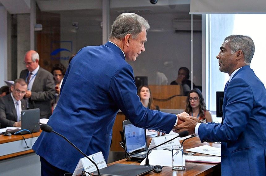 Comissão de Assuntos Sociais (CAS) realiza reunião deliberativa com 07 itens. Entre eles, o PLS 151/2017 que estabelece o compartilhamento da licença maternidade e da licença adotante.   Senador Alvaro Dias (Pode-PR) cumprimenta o presidente da CAS, senador Romário (Pode-RJ).   Foto: Roque de Sá/Agência Senado