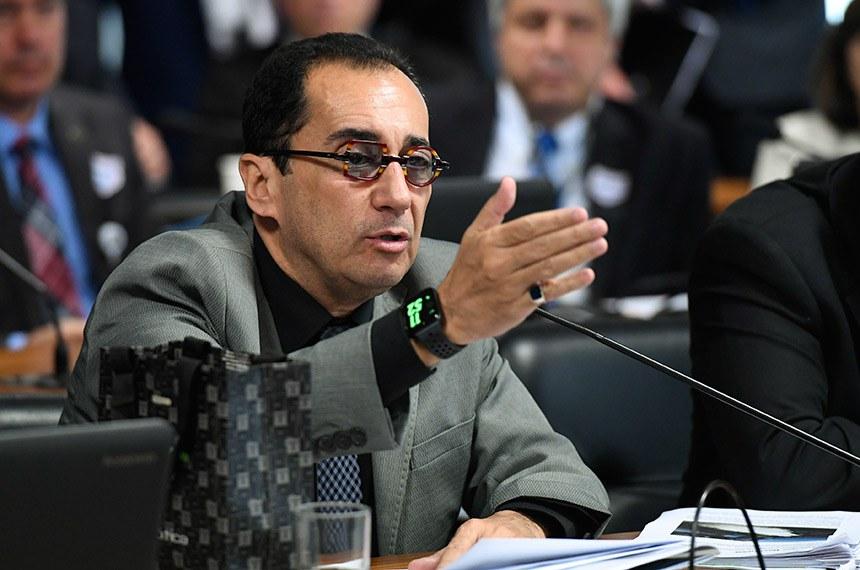Comissão de Serviços de Infraestrutura (CI) realiza audiência pública interativa com o ministro de Minas e Energia para expor assuntos de relevância da pasta.  Em pronunciamento, à bancada, senador Jorge Kajuru (PSB-GO).  Foto: Edilson Rodrigues/Agência Senado